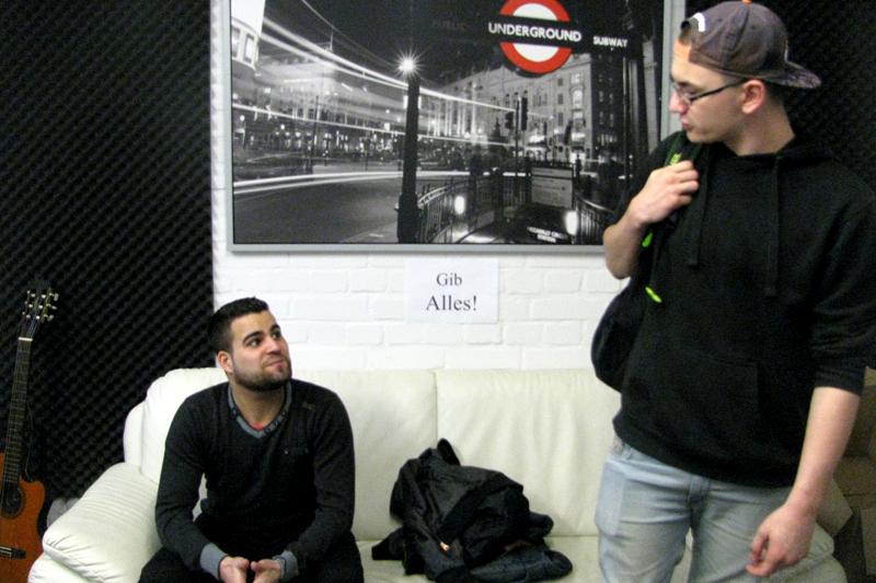 Mustafa guckt zu Maxime hinauf, weil der schon mehr Tracks parat hat.